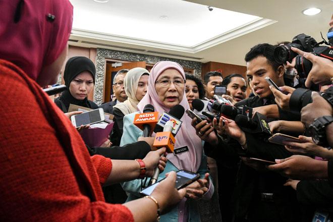 Wan Azizah ketika sidang media selesai Persidangan Dewan Rakyat di Bangunan Parlimen semalam. — Ganmbar Bernama