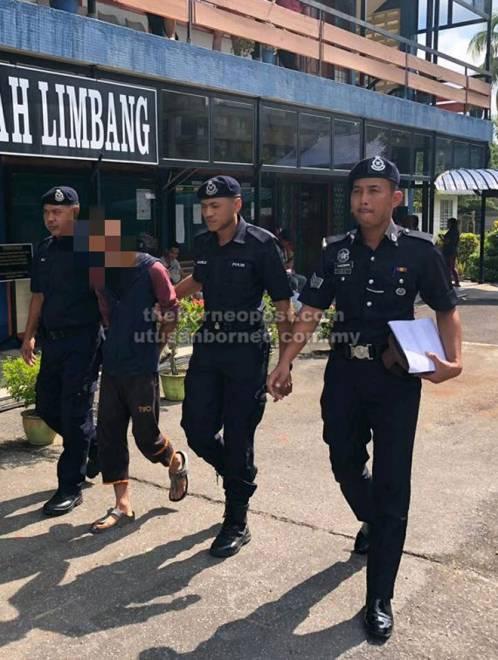 Suspek lelaki dibawa anggota polis ke Mahkamah Majistret Limbang semalam.