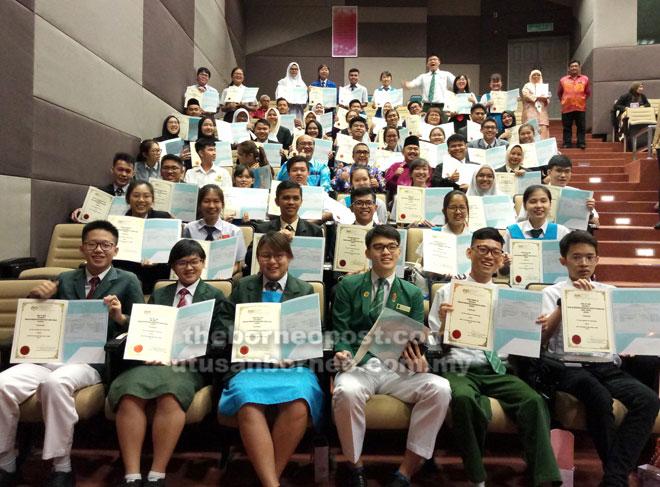 Sebahagian daripada pelajar cemerlang SPM 2018 merakamkan kenangan bersama Abang Mat Ali (barisan keempat, empat kanan) selepas pengumuman keputusan di Auditorium Jabatan Pendidikan Negeri Sarawak di Kuching semalam.