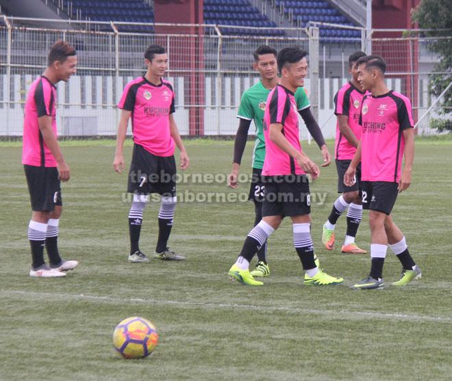 Pemain Kuching FA jelas bersemangat semasa sesi latihan semalam menjelang pertemuan sulung Liga M3 menentang Ultimate FC esok.
