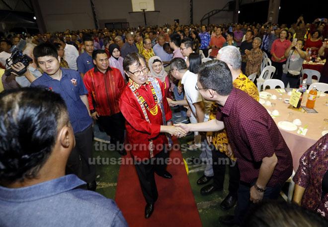 Abang Johari serta isteri, Juma'ani (belakang, kanan) disambut oleh orang ramai di Siniawan, malam kelmarin. Turut mengiringi Miro (belakang, kiri). — Gambar Chimon Upon