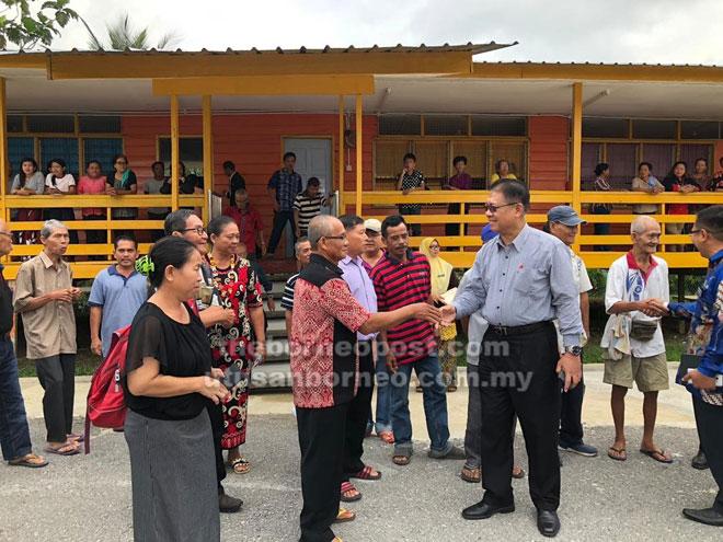 APA KHABAR?: Julaihi bersalaman dengan warga SK St Andrew, Entangor.