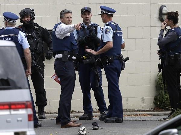 Pasukan polis bersenjata telah dikerah menjaga lokasi terbabit dan memburu penembak. - Gambar Times Now News