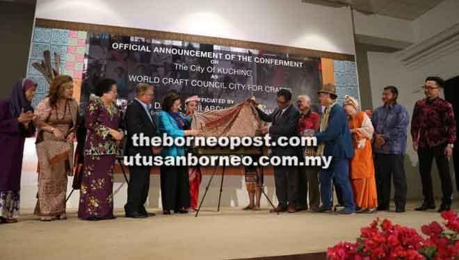 Abdul Karim melakukan simbolik pelancaran plak pengiktirafan Kuching sebagai Bandar Kraf Dunia oleh Majlis Kraf Dunia Antarabangsa, semalam. Turut kelihatan Ghada (lima kiri), Sikie (empat kiri), Empiang (tiga kiri) serta tetamu jemputan lain.