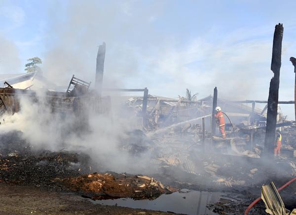 ANGGOTA bomba memadam sisa api yang memusnahkan sebuah kilang kayu milik Syarikat Era Setia pagi tadi.