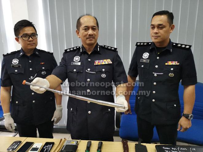 Stanley (tengah) menunjukkan barang kes yang susulan penangkapan empat suspek rompakan berkumpulan yang berlaku di Jalan Khoo Peng Loong pada 12 Mac lalu.