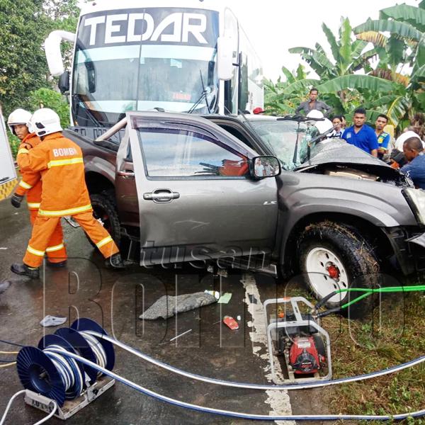 ANGGOTA bomba semasa menjalankan operasi mengeluarkan mangsa tersepit di bahagian penumpang hadapan.