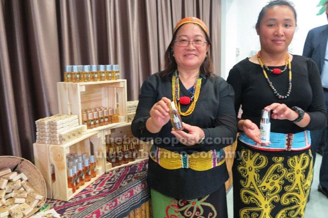 Cathrine Joolly, 23 (kanan) enggau Doris Teo, 65, bansa Kelabit ari Pa' Lungan, Bario mandangka sekeda ri produk LitSara maya pengerami nyain BSA, kemari.