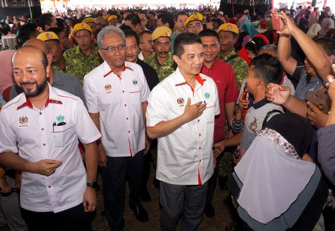 Mohamed Azmin (tiga kiri) bersalaman dengan orang ramai yang hadir pada Majlis Aspirasi Ekonomi Pekebun Kecil di Padang Awam Kampung Lalang, Baling semalam. Turut hadir Mukhriz (kiri). — Gambar Bernama