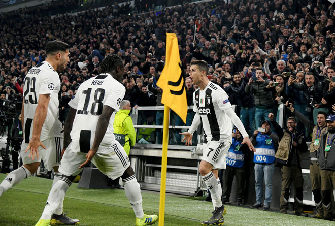 Ronaldo (kanan) meraikan gol jaringannya ketika membantu Juve menewaskan Atletico Madrid pada aksi peringkat 16 terakhir Liga Juara-Juara di Stadium Allianz, Turin pada 12 Mac lepas. — Gambar AFP