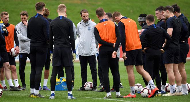 Southgate (tengah) ketika ketika mengendalikan sesi latihan skuad England di St George's Park in Burton-on-Trent Selasa lepas. — Gambar AFP