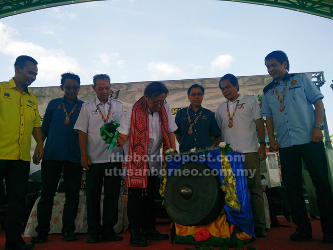 Abang Johari memukul gong simbolik perasmian Majlis Pemimpin Bersama Rakyat dan perasmian Dewan SMK Tinjar, Tinjar di sini petang semalam.