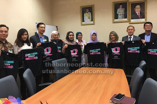 Fatimah bersama Dr Abigail (tiga kanan) serta ahli Pink & Teal EmpowHer dan rakan usaha samanya yang lain pada sidang media selepas menerima kunjungan di pejabat kementeriannya di Kuching, semalam.