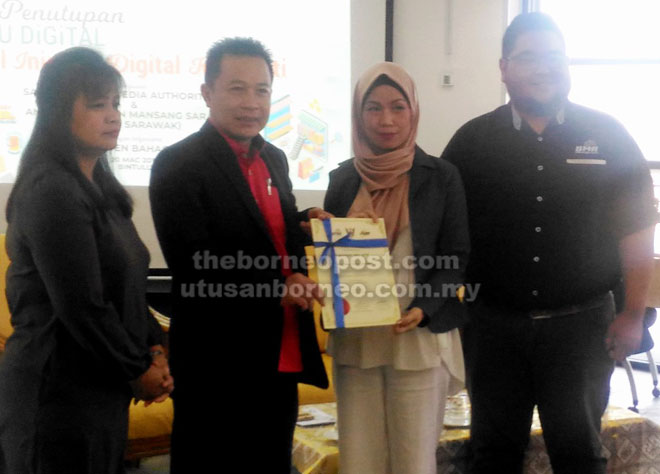 Hussaini (dua kiri) menyampaikan sijil penyertaan kepada wakil peserta sambil disaksikan Rosalind (kiri) dan Amirrul.