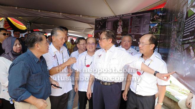Kepala Menteri mendingka penerang ari Datu Dr Penguang Mangil (tiga kiba) seraya dikemataka Karim (belakang Penguang) Dr Sim, Uggah, Tiong enggau Gerawat.