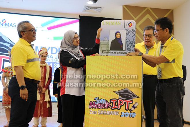 Mazula (dua kiba) disempulang Sulong (dua kanan) enggau Kadim (kiba)bejadi progam 'Jom Masuk IPT 2019' di Mydin Petra Jaya.