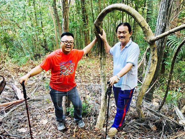 BENJAMIN bersama Stephen semasa merentas desa di Tambaig Adventure Park.
