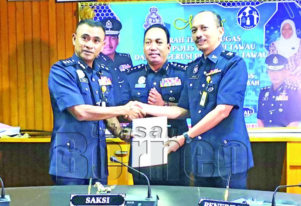 ZAINI menyaksikan serah terima tugas KPD Tawau antara Fadil kepada Nor Azizulkifli.
