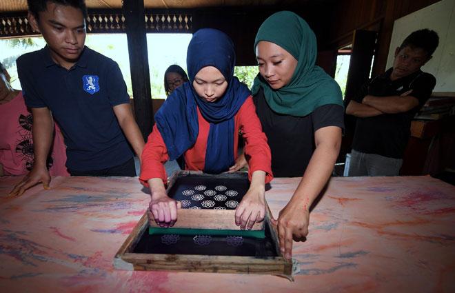 Teknik cetakan Batik Linut dilakukan mengikut motif yang dihasilkan di Kampung Telian Tengah Mukah. — Gambar Bernama