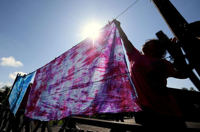 Kain yang siap diwarna akan dijemur di bawah pancaran matahari bagi proses pengeringan batik di Kampung Telian Tengah Mukah. — Gambar Bernama