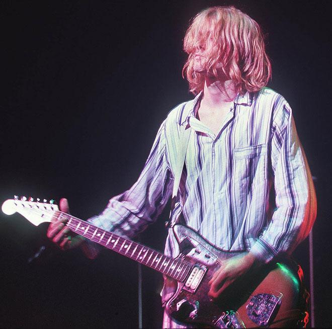 Gambar fail yang diambil pada 19 Februari 1992 menunjukkan Kurt Cobain, penyanyi utama kumpulan rock grunge AS Nirvana, membuat persembahan di Nakano Sun Plaza di Tokyo. Beberapa dekad selepas geritan Kurt Cobain yang garuk menghantui gelombang udara global, gema mendiang penyanyi utama kumpulan Nirvana itu masih lagi menyentuh golongan muda yang mungkin belum lagi lahir ketika beliau meninggal dunia. — Gambar oleh AFP