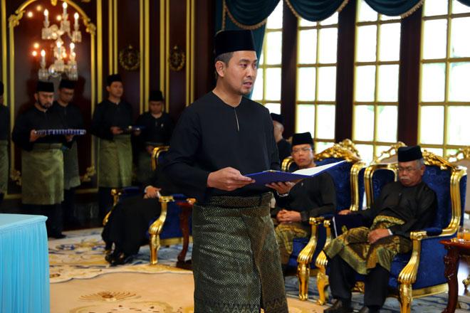 Dr Sahruddin mengangkat sumpah sebagai Menteri Besar Johor ke-17 di Istana Bukit Serene semalam. — Gambar Bernama