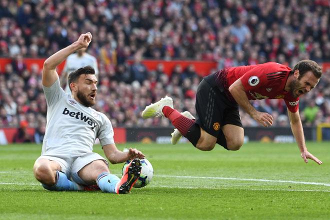 Snodgrass melakukan terjahan keras ke atas Mata di dalam petak penalti pada perlawanan liga di Old Trafford Manchester, Sabtu lepas. — Gambar AFP