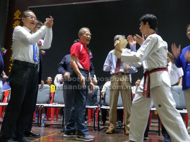 Tiong (tengah) melakukan perasmian Kejohanan Taekwondo Terbuka Antara Sekolah Malaysia Timur Ke-7 di Sibu kelmarin.