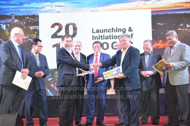 Abang Johari (lima kiri), Awang Tengah (empat kiri) dan Abang Helmi (empat kanan, terlindung sedikit) menyaksikan pertukaran dokumen antara wakil-wakil bagi penubuhan Pusat Inovasi Minyak dan Gas Sarawak (SOGIC) yang membabitkan Serba Dinamik Holdings Sdn Bhd, DUBS Holdings Sdn Bhd, Suarah Petroleum Group (SPG) dan Curtin University Malaysia.