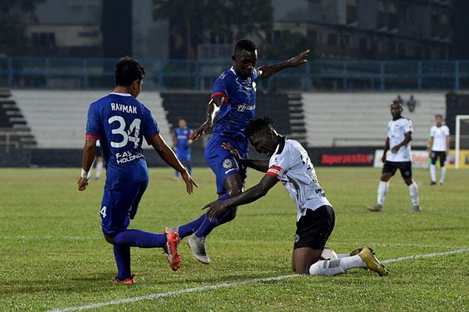 Kapten Terengganu FC II, Akanni Sunday Wasiu ( kanan) diasak pemain Sarawak, Hudson Dias pada saingan Liga Premier 2019 di Stadium Sultan Ismail Nasaruddin Shah, Kuala Terengganu malam kelmarin. — Gambar Bernama