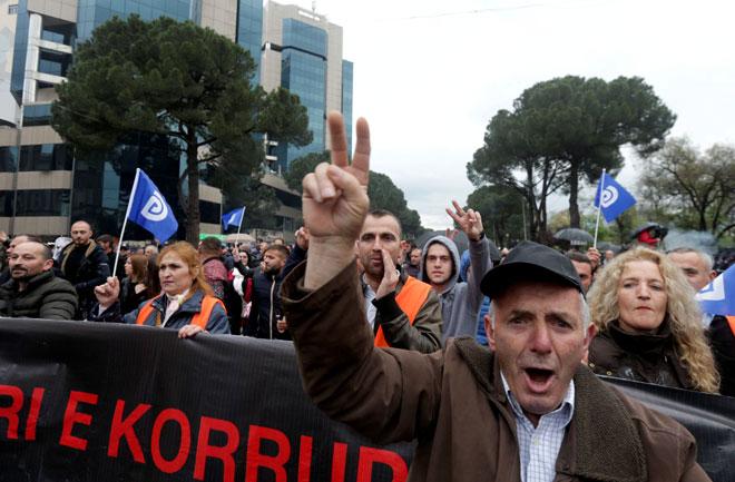 Para penyokong parti pembangkang menghadiri demonstrasi antikerajaan di hadapan pejabat Rama di Tirana, kelmarin. — Gambar Reuters