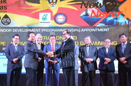 Abang Johari (empat kiri) dan Awang Tengah (tiga kiri) menyaksikan pertukaran dokumen di antara wakil-wakil bagi penubuhan Pusat Inovasi Minyak dan Gas Sarawak (SOGIC), yang membabitkan Serba Dinamik Holdings Sdn Bhd, DUBS Holdings Sdn Bhd, Suarah Petroleum Group (SPG) dan Universiti Curtin, Malaysia.