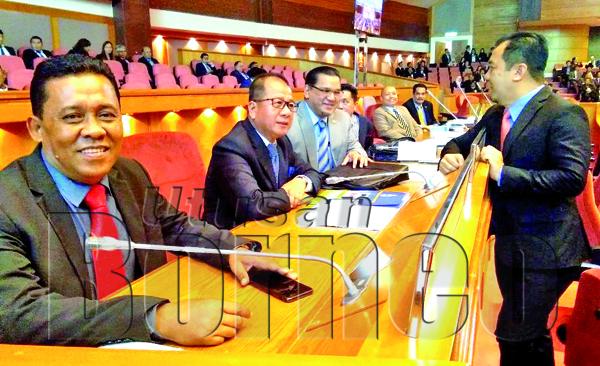 Datuk Jalpin Akim (PPBM-Usukan), Datuk Isnin Aliasneh (PPBM-Klias) dan Datuk Nizam Abu Bakar Titingan (PPBM-Apas) beramah mesra dengan Jamawi Jaafar (Warisan-Kemabong).
