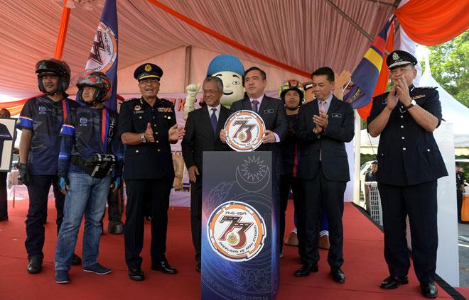 Anthony (empat kanan) meletakkan logo simbolik perasmian Sambutan Hari Jabatan Pengangkutan Jalan (JPJ) Ke-73 di Putrajaya, semalam. Turut kelihatan Timbalan Menteri Pengangkutan Datuk Kamarudin Jaafar (empat, kiri), Ketua Pengarah JPJ Datuk Seri Shaharuddin Khalid (tiga kiri), Ketua Setiausaha Kementerian Pengangkutan Datuk Khairul Adib Abdul Rahman (dua kanan) dan Pemangku Ketua Polis Negara Datuk Seri Abdul Hamid Bador (kanan). — Gambar Bernama