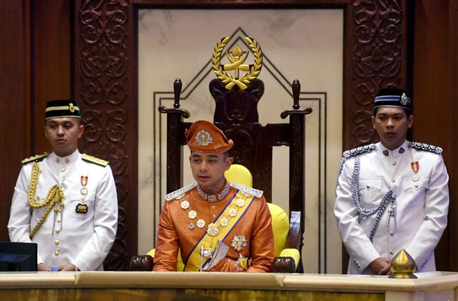Tengku Hassanal berkenan menyampaikan titah diraja pada Istiadat Pembukaan Persidangan Penggal Kedua Dewan Undangan Negeri (DUN) Pahang Ke-14 di Wisma Sri Pahang, Kuantan, semalam. — Gambar Bernama