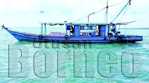 SALAH sebuah kapal nelayan yang ditahan PPM Sandakan kerana menunda udang di perairan Kuala Kinabatangan Besar.