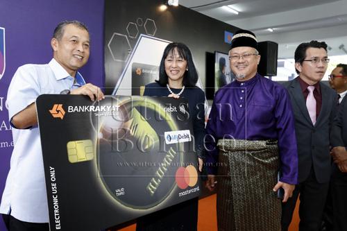 Khairil (kiri) menemani Zarinah (dua kiri) dan Jamil melancarkan Kad Debit-I Bank Rakyat Alumni.