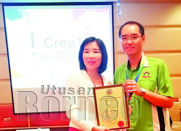 HYGINUS menerima anugerah daripada Presiden World Invention Intellectual Property (WIIPA) Mandi Hsieh.