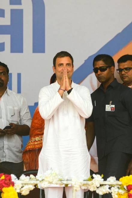 Rahul melambai kepada penyokongnya sewaktu rapat umum politik di perkampungan Asarana, dalam daerah Bhavnagar, kira-kira 300 kilometer dari Ahmedabad pada Isnin, sebelum fasa kedua pilihan raya umum di India. — Gambar AFP
