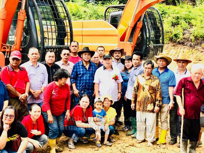 Sebahagian penduduk pada majlis pecah tanah rumah panjang baharu mereka bersama Jugah (tengah) Ahad lalu.