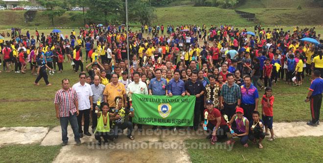 Gira (tengah) merakam kenangan bersama peserta Kejohanan Olahraga Antara Sukan SMK Luar Bandar Sibu No.1 Ke-53 Tahun 2019 semalam. Turut kelihatan Mathew (berdiri, empat kiri), Ngalai (berdiri, empat kanan) serta yang lain.