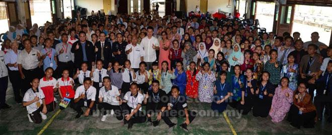 Ling bersama tetamu serta pelajar pada Taklimat Sivik Peringkat Sarawak anjuran Jabatan Penerangan Malaysia Miri di Kolej Tun Datu Tuanku Haji Bujang Miri semalam.