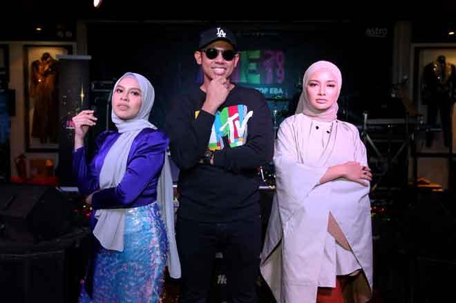 Nabil Ahmad, Neelofa dan Jihan Muse sebagai pengacara utama AME 2019 malam. — Gambar Astro