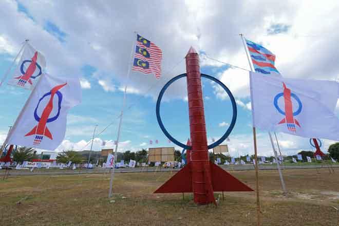 Replika roket dan bendera DAP menghiasi pemandangan di hadapan pejabat Parlimen Sandakan sempena Pilihan Raya Kecil Parlimen P186 Sandakan di Bandar Letat semalam. — Gambar Bernama