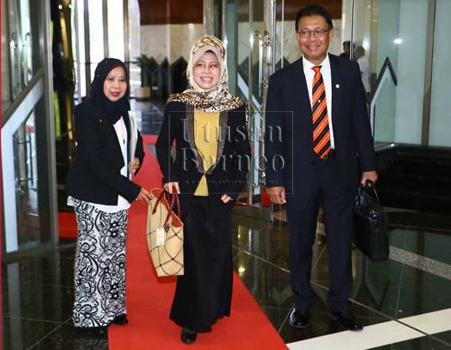 Julaihi (kanan) bersama Dato Sri Fatimah Abdullah dan Rosey Yunus (kiri).