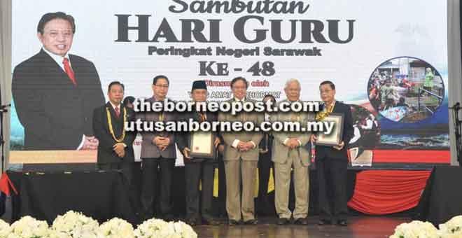 Abang Johari ditemani Manyin dan Dr Azhar (dua kiri) merakamkan kenangan bersama dua Tokoh Pendidik Sarawak, Dr Fong Onn Min dan Prof Madya Dr Shari Abdul Rahman.