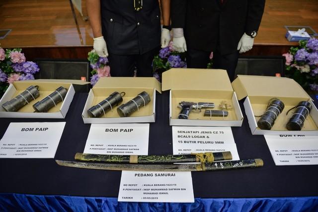 Sebahagian barangan rampasan dipamerkan ketika sidang media khas mengenai tangkapan empat suspek yang terlibat dalam kumpulan pengganas di Menara Bukit Aman hari ini. - Gambar Bernama