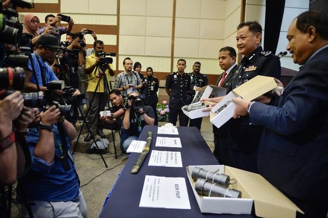 Abdul Hamid (dua, kanan) menunjukkan barangan rampasan ketika sidang media khas mengenai tangkapan empat suspek yang terlibat dalam kumpulan pengganas di Menara Bukit Aman hari ini. - Gambar Bernama