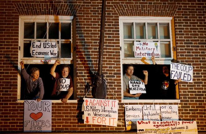 Aktivis pro-Maduro dilihat di jendela kedutaan Venezuela di Washington selepas polis                    bertindak untuk mengusir mereka dari bangunan tersebut lewat kelmarin. — Gambar Reuters