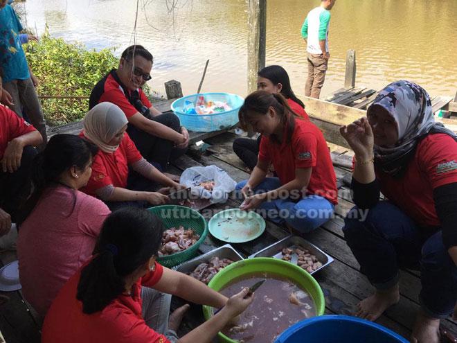 Para pelajar dan kakitangan PPKS/i-CATS Miri bergotong-royong menyediakan bahan masakan.